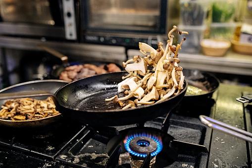 Recipe「Pan frying mushrooms.」:スマホ壁紙(19)