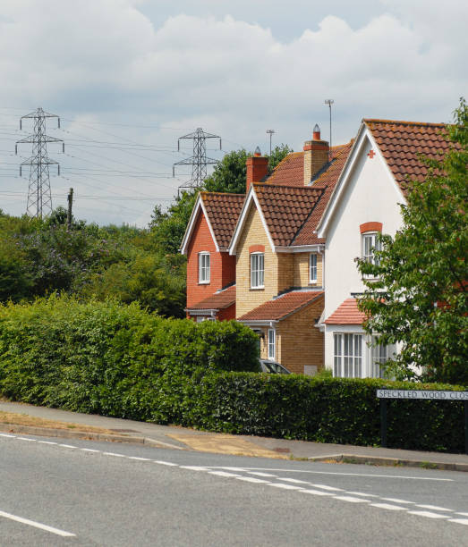 New housing estate with electric pylons in the background:ニュース(壁紙.com)