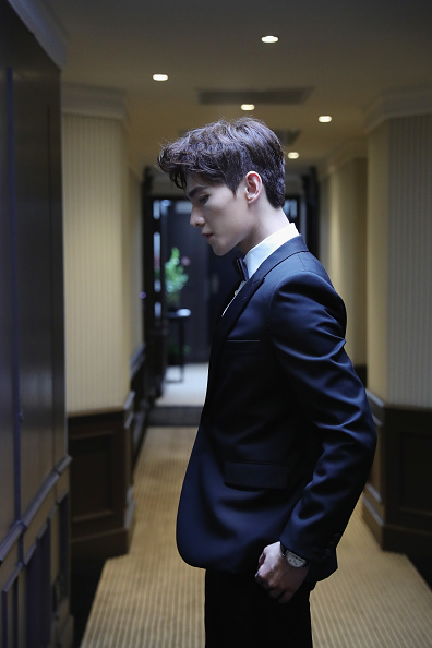 俳優 楊洋「Actor Yang Yang Backstage For Kering At The 70th Cannes Film Festival」:写真・画像(9)[壁紙.com]