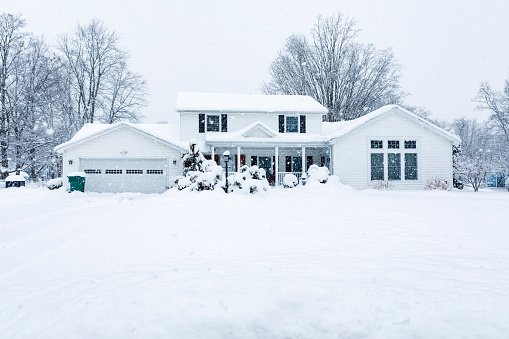 Colonial Style「Suburban Colonial Home During Extreme Blizzard Snow Storm」:スマホ壁紙(7)