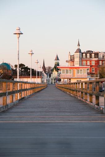 Footbridge「Germany, Mecklenburg-Western Pomerania, Baltic Sea, pier of Zinnowitz at dawn」:スマホ壁紙(6)