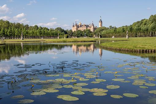 Water Lily「Germany, Mecklenburg-Vorpommern, Schwerin, castle with garden」:スマホ壁紙(18)