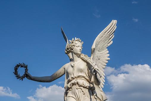 Female Likeness「Germany, Mecklenburg-Vorpommern, Schwerin, Viktoria statue in castle garden」:スマホ壁紙(19)