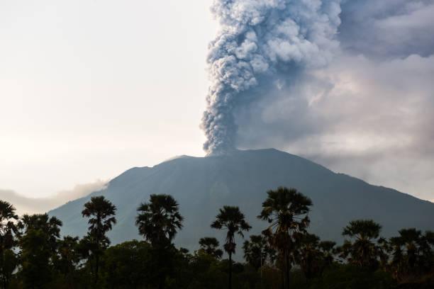 Northern view on eruption of Bali Volcano Mount Agung:スマホ壁紙(壁紙.com)