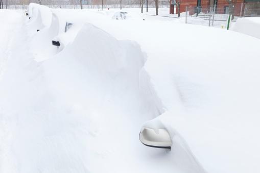 雪の吹きだまり「車が雪に埋もれて」:スマホ壁紙(19)