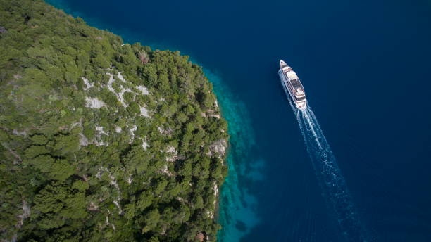 Aerial of cruise ship MS Romantic Star (Reisebüro Mittelthurgau) and coastline, near Mljet, Dubrovnik-Neretva, Croatia:スマホ壁紙(壁紙.com)