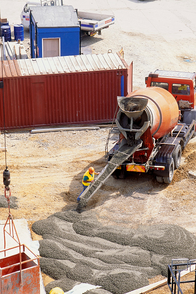 Pouring「Pouring mass concrete from truck mounted mixer. Heathrow airport. London. United Kingdom.」:写真・画像(3)[壁紙.com]