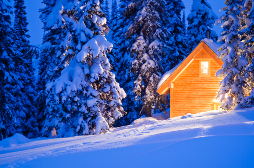 Ski Resort「Backcountry ski lodge illuminated at night.」:スマホ壁紙(0)