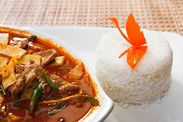 Appetising Thai red beef curry with carved carrot butterfly:スマホ壁紙(壁紙.com)