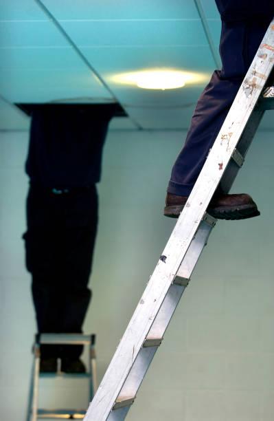 Caretaker checking the electrics:ニュース(壁紙.com)