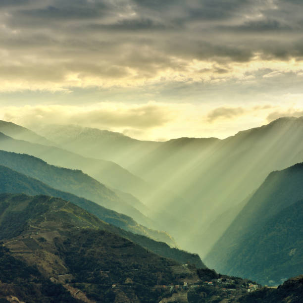 Sunlight Beams on Mountain, Taiwan:スマホ壁紙(壁紙.com)