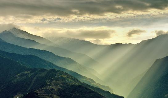 Dramatic Landscape「Sunlight Beams on Mountain, Taiwan」:スマホ壁紙(8)