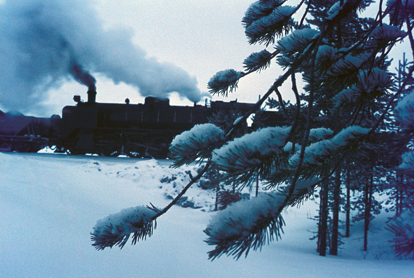 Dawn「Dawn at Raagarvi following a night of snow sees Finnish Rialway's TR1 Class 2-8-2 No.1074 engaged in a bout of shunting whilst working a freight between Rovaneimi and Misi.」:写真・画像(1)[壁紙.com]