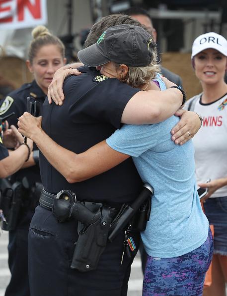 フロリダ州オーランド「Mourners Marks 1st Anniversary Of Orlando Pulse Nightclub Mass Shooting」:写真・画像(7)[壁紙.com]