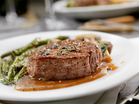 Tenderloin「Medium Rare Fillet Mignon Steak with a Mushroom Sauce, Roasted Green Beans and Mushrooms」:スマホ壁紙(17)