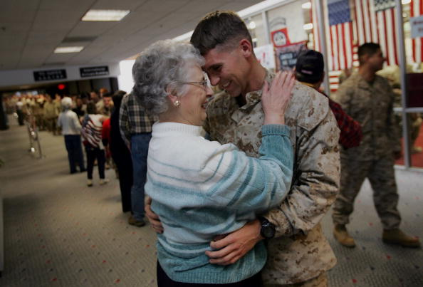 Caucasian Ethnicity「Maine Troop Greeters Dispense Hugs And Cheer」:写真・画像(19)[壁紙.com]