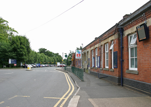 Finance and Economy「Dorridge station showing the station building and car park. 2007」:写真・画像(17)[壁紙.com]