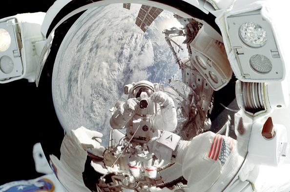 Astronaut「Astronaut Peter J K (Jeff Wisoff Is Reflected In The Helmet Visor Of Astronaut Michael」:写真・画像(18)[壁紙.com]