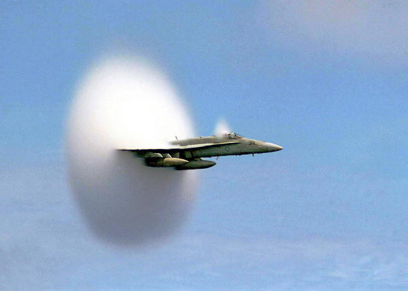star sky「An F/A-18 Hornet emerges from a cloud caused when it broke the sound barrier」:写真・画像(2)[壁紙.com]