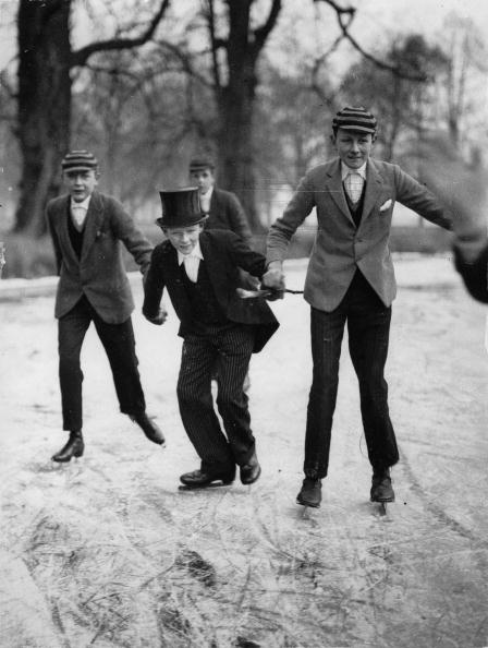 Schoolboy「Schoolboys from the Eton College on their way to school. Due to the deep temperatures the Thames is frozen an dthe schoolboys have to use their skates for their school way.Photography. Around 1929. England」:写真・画像(5)[壁紙.com]