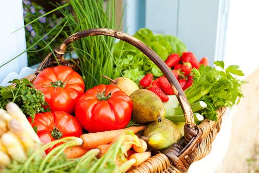 Tomato「Basket full of fresh fruit and vegetables」:スマホ壁紙(16)