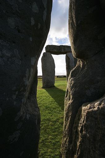 Archaeology「Peering through Stonehenge」:スマホ壁紙(2)