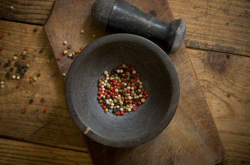 Mortar and Pestle「Mortar with dried green, red, white and black peppercorns on wood, elevated view」:スマホ壁紙(5)