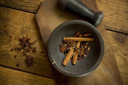 Star Anise「Mortar with dried peppercorns, star anise and cinnamon sticks on wood, elevated view」:スマホ壁紙(13)