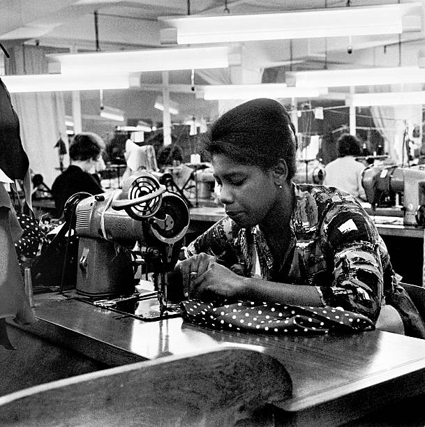 Woman working at a sewing machine, London, (c1955-c1975?). Artist: Henry Grant:ニュース(壁紙.com)