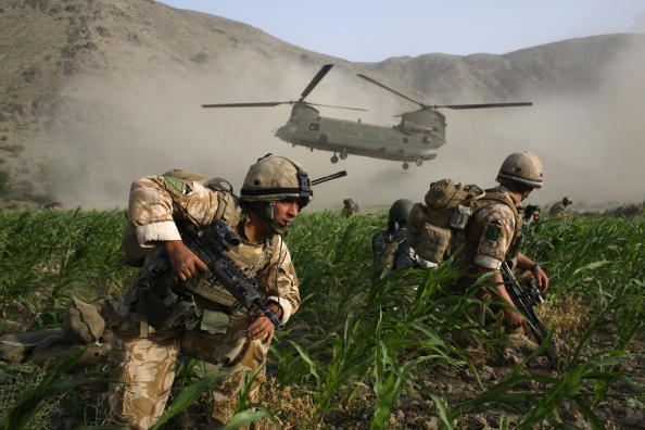CH-47 Chinook「British Paratroopers Conduct Operation To Capture Taliban Leaders」:写真・画像(6)[壁紙.com]