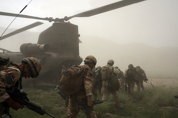 CH-47 Chinook「British Paratroopers Conduct Operation To Capture Taliban Leaders」:写真・画像(14)[壁紙.com]
