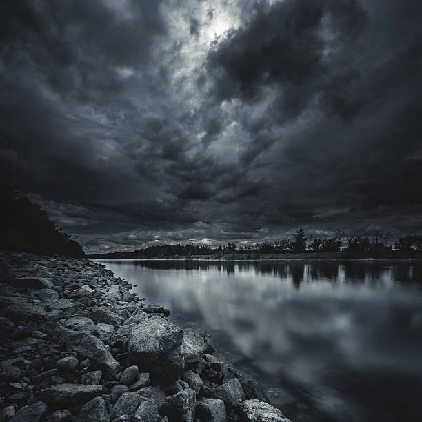 River at storm:スマホ壁紙(壁紙.com)
