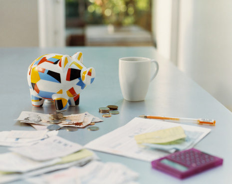ファイナンス「Piggybank, British Currency, Calculator, Receipts and a Mug on a Table」:スマホ壁紙(8)