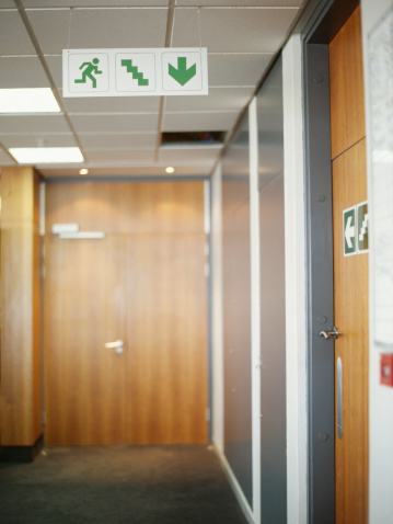 Focus On Foreground「fire exit sign suspended from the ceiling in an office」:スマホ壁紙(0)