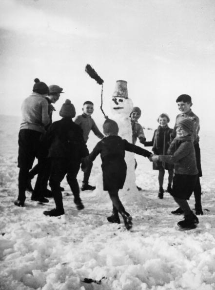 雪だるま「From joy at the first snow the children dance around the just established snowman, Photograph, December the 10th 1937」:写真・画像(6)[壁紙.com]