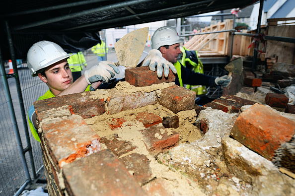 Brick Wall「Repairing historic brickwork at Oil Mills Bridge near Stonehouse as part of the restoration works on the Stroudwater Navigation Canal, Gloucestershire, UK, 2008」:写真・画像(17)[壁紙.com]