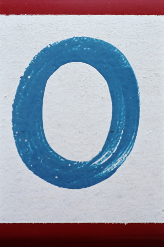 Zero「Number '0' painted on wall, close-up」:スマホ壁紙(4)