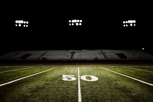 Competitive Sport「Fifty-yard line of football field at night」:スマホ壁紙(4)