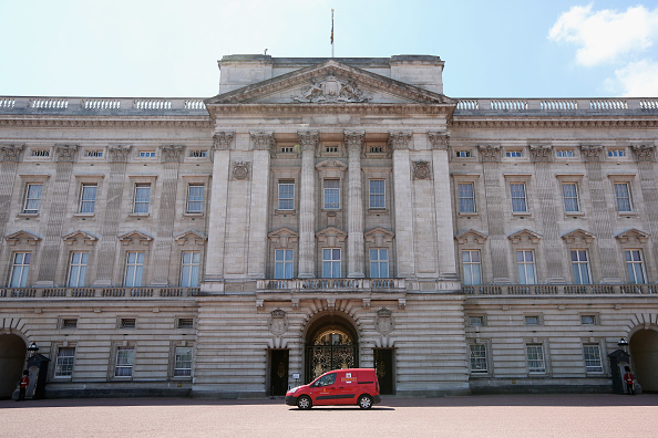 Buckingham Palace「A Royal Mail Van Makes a Delivery to Buckingham Palace」:写真・画像(9)[壁紙.com]