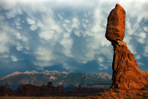 Mammatus Cloud「Balanced rock in Arches National Park, Utah.」:スマホ壁紙(16)