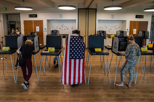 Three People「Across The U.S. Voters Flock To The Polls On Election Day」:写真・画像(12)[壁紙.com]