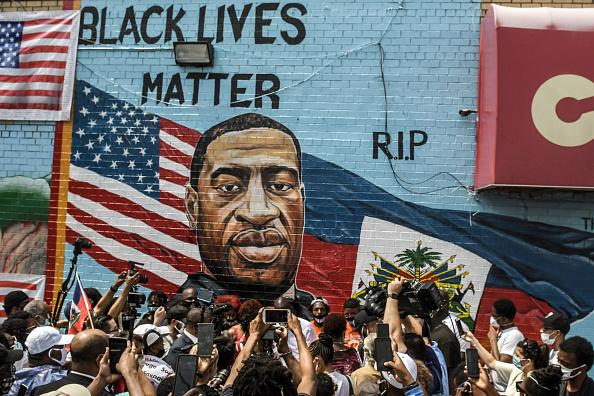 Mural「George Floyd's Brother Attends Unveiling Of Memorial Portrait In Brooklyn」:写真・画像(3)[壁紙.com]