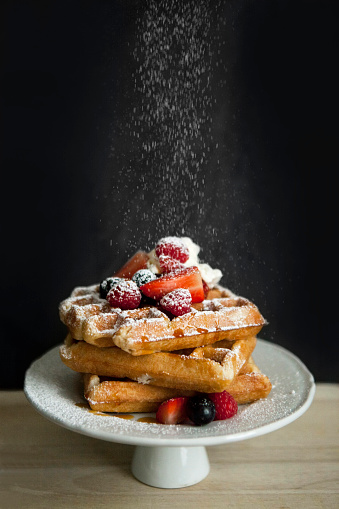 Sprinkling「Cake stand of Belgian waffles with different berries sprinkled with icing sugar」:スマホ壁紙(15)