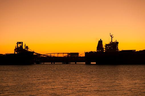 乗り物・交通「Iron Ore Ships At Sunset, Port Hedland, Australia」:スマホ壁紙(14)