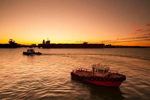 乗り物・交通「Iron Ore Ships At Sunset, Port Hedland, Australia」:スマホ壁紙(13)