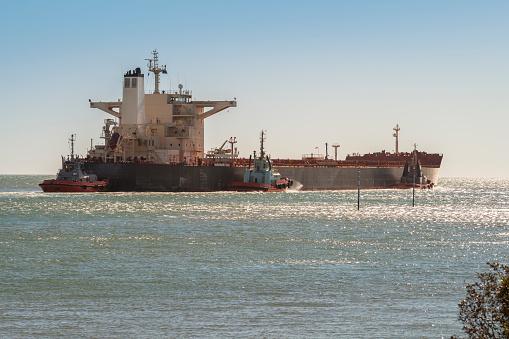 乗り物・交通「Iron Ore Ship And Tugboats Leaving Port Hedland, Australia」:スマホ壁紙(15)