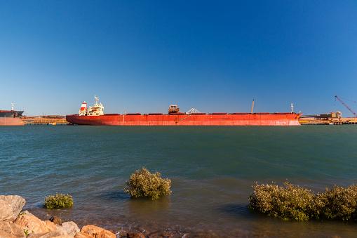乗り物・交通「Iron Ore Ship At Berth, Port Hedland, Australia」:スマホ壁紙(12)