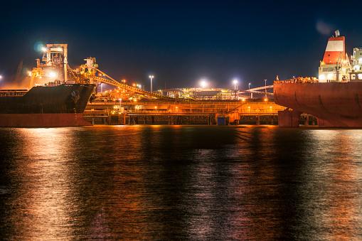 乗り物・交通「Iron Ore Ships And Loading Machinery At Night, Port Hedland, Australia」:スマホ壁紙(11)