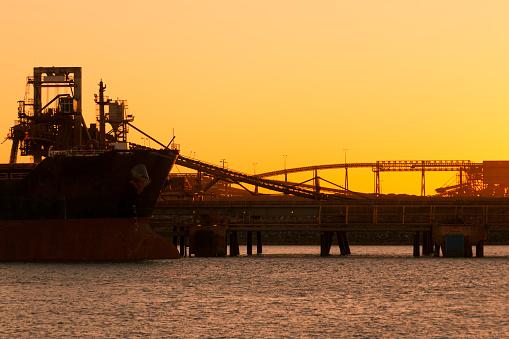 乗り物・交通「Iron Ore Ship At Sunset, Port Hedland, Australia」:スマホ壁紙(9)