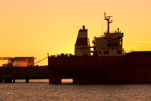 乗り物・交通「Iron Ore Ship At Sunset, Port Hedland, Australia」:スマホ壁紙(7)